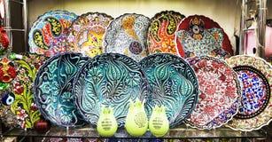 Multi-colored decoratieve Turkse Oosterse sier ceramische waren op de planken stock fotografie
