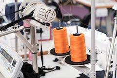 Multi-colored draadbroodje Geautomatiseerde borduurwerkmachines stock foto