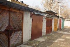 Multi-colored garagedeuren op een stil gebied Stock Foto