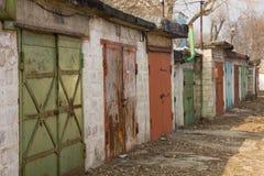 Multi-colored garagedeuren op een stil gebied Royalty-vrije Stock Foto's