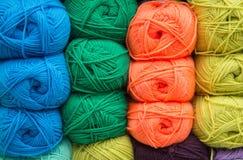 Multi-colored garen Het garen is beige, bruin, grijs en wit Breinaalden, schaar, koffie, het breien, gebreide stof royalty-vrije stock afbeeldingen