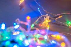 Multi-colored Kerstmisslingers feestelijke achtergrondkerstmisstemming royalty-vrije stock foto