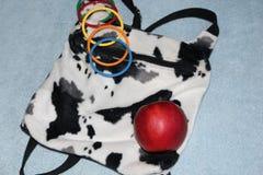 Multi-colored kinderen` s armbanden op een vrouwen` s rugzak in de stijl van land stock afbeeldingen