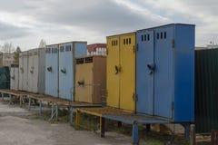 Multi-colored metaalkabinetten die zich op het grondgebied van de industriezone bevinden royalty-vrije stock afbeeldingen