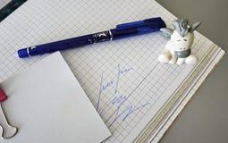 Multi-colored pennen die prachtig op de schrijftafel worden gelegd stock foto