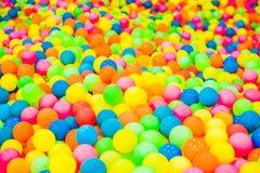Multi-colored plastic ballen Een kinderen` s speelkamer stock afbeelding