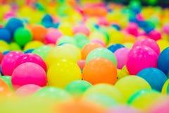 Multi-colored plastic ballen Een kinderen` s speelkamer stock foto's