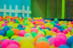 Multi-colored plastic ballen Een kinderen` s speelkamer royalty-vrije stock foto's