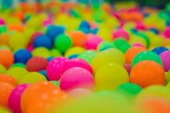 Multi-colored plastic ballen Een kinderen` s speelkamer royalty-vrije stock fotografie