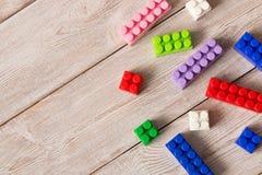 Multi-colored plastic bouwreeks Kinderen` s onderwijsspelen royalty-vrije stock afbeelding