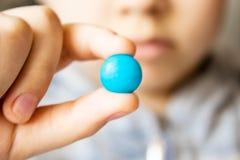 Multi-colored ronde, chocolade Een kind houdt een suikergoed stock fotografie