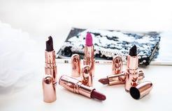 Multi-colored roze en donkere lippenstift met licht gekleurde achtergrond royalty-vrije stock foto's