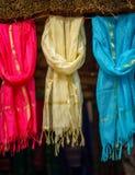 Multi-colored sjaals bij lokale markt, India royalty-vrije stock foto