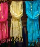 Multi-colored sjaals bij lokale markt, India royalty-vrije stock foto's