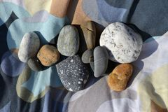 Multi-colored steen op gekleurde stof Stock Foto