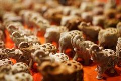 Multi-colored steenolifanten voor aroma papes, herinneringen van verschillende kleuren met de omhoog boomstam, Olifantsspeelgoed  royalty-vrije stock afbeelding