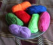 Multi-colored strengen van een garen voor het breien stock foto