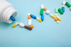 Multi-colored tabletten en capsules in de witte fles van de trillingshartslag voor tabletten, farmaceutische geneeskundepillen op stock foto's