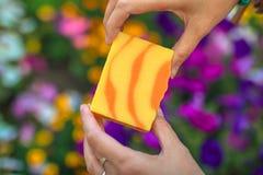 Multi-colored zeep in vrouwelijke handen op een vage achtergrond royalty-vrije stock foto's