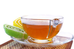 Multi-coloured fruitsuikergoed en kop thee Royalty-vrije Stock Foto