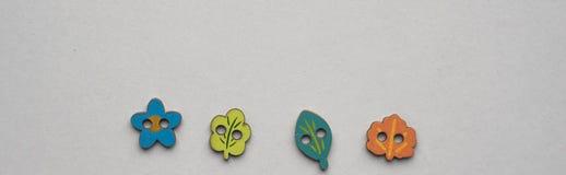 Multi cores dos botões de madeira do estilo da criança no fundo branco fotografia de stock royalty free