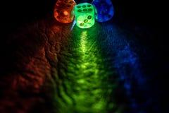 Multi dados da cor que shinning na obscuridade pela luz suave imagem de stock royalty free