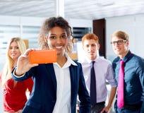 Multi equipe étnica selfy executiva nova africana imagem de stock
