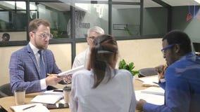 Multi equipe da raça do homem de negócios da estratégia que discute o projeto startup do bitcoin no escritório video estoque