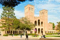 Multi-Ethik Hochschulstudenten auf Campus Lizenzfreies Stockbild