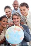 Multi-ethnic affärsfolk som ser en dator Royaltyfri Fotografi