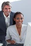 Multi-ethnic affärsfolk som tillsammans fungerar royaltyfria bilder