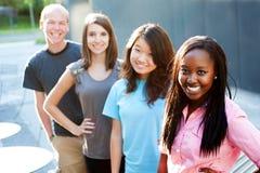 Multi-ethnic grupp av tonåringar royaltyfri fotografi