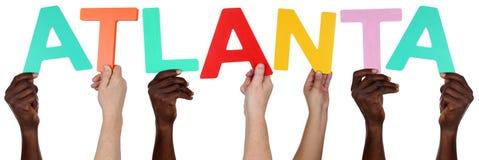 Multi Ethnie Leute, die das Wort Atlanta halten Stockfotografie
