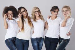 Multi ethnische Frauen mit Gläsern stockfotos