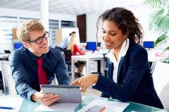 Multi ethnische Geschäftsleute Teamwork-Notenauflage Stockbild