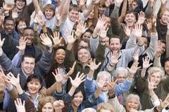 Multi ethnische Leute, die zusammen Hände anheben Stockfotografie