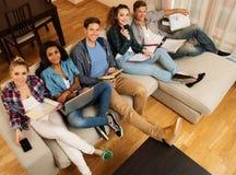 Multi ethnische Studenten, die für Prüfungen sich vorbereiten Stockfoto