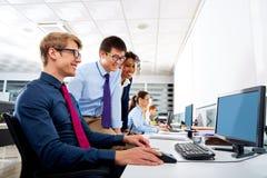 Multi ethnische Teamwork der jungen Leute des Geschäftsteams Lizenzfreie Stockfotografie