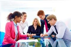 Multi ethnische Teamwork von jungen Geschäftsleuten stockfotos