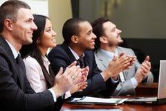 Multi ethnisches Geschäftsteam bei einer Sitzung stockfoto