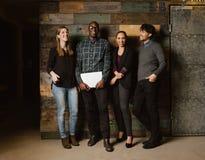 Multi ethnisches Geschäftsteam, das zusammen glücklich schaut lizenzfreie stockfotografie