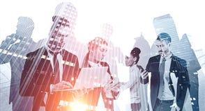 Multi ethnisches Geschäftsteam in der Stadt teamwork stockfoto