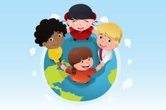 Multi ethnisches Kinderhändchenhalten zusammen Stockbild