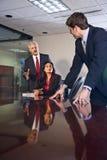 Multi-etnisch businesspeople in bestuurskamer stock fotografie
