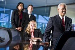 Multi-etnisch businesspeople in bestuurskamer Stock Afbeelding