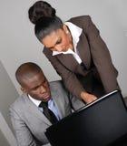Multi-etnisch commercieel team dat aan laptop werkt Stock Afbeelding