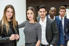 Multi-etnisch commercieel team die zich in een bureaugebouw bevinden royalty-vrije stock afbeeldingen