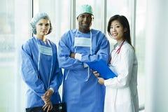Multi-etnisch medisch team stock afbeeldingen