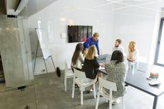 Multi-etnisch team die in een modern bureau werken royalty-vrije stock afbeeldingen