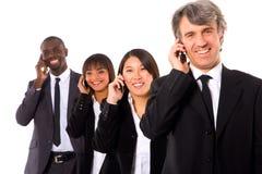 Multi-etnisch team met mobiel royalty-vrije stock fotografie